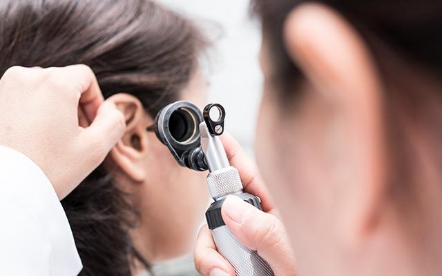 Pregled sluha pri specialistu