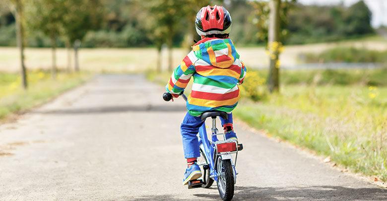 Otrok prvič na kolesu