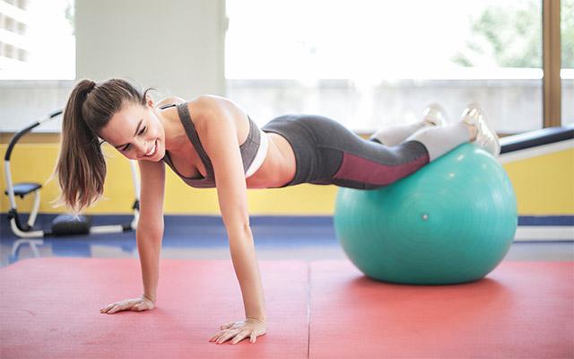 Plank na žogi za vadbo